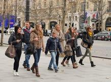 El caminar en Champs-Elysees imagen de archivo