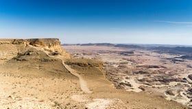 El caminar en el desierto del Néguev de Israel imágenes de archivo libres de regalías