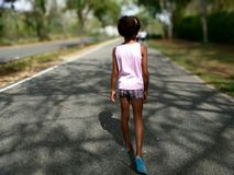 El caminar en el camino Imagenes de archivo