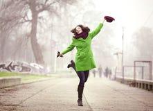 El caminar en el día de invierno de niebla Imagen de archivo libre de regalías