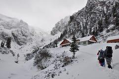 El caminar en el invierno en montañas Imagen de archivo libre de regalías