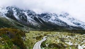 El caminar en el invierno rodeado por las montañas Fotografía de archivo libre de regalías
