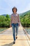 El caminar en el puente Imágenes de archivo libres de regalías