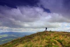 El caminar en el top de la montaña Fotografía de archivo libre de regalías