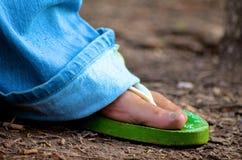 El caminar en Flip Flops Fotografía de archivo