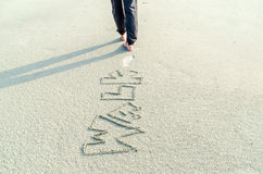 El caminar en la arena Foto de archivo