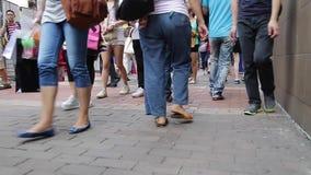 El caminar en la calle en Hong Kong almacen de video