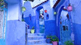 El caminar en la ciudad azul Chefchaouen Marruecos de Medina almacen de video