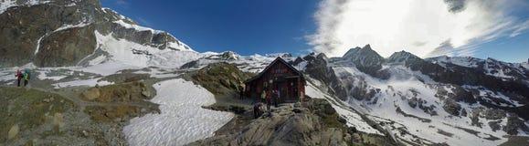 El caminar en la cumbre de Mont Blank en Francia fotografía de archivo