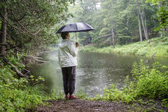 El caminar en la lluvia Imagen de archivo libre de regalías