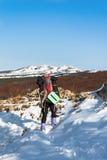 El caminar en la nieve. Fotos de archivo libres de regalías