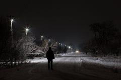 El caminar en la noche foto de archivo