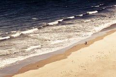 El caminar en la playa fotos de archivo