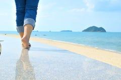 El caminar en la playa Imagen de archivo libre de regalías