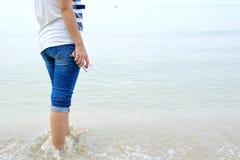 El caminar en la playa 2 Imagen de archivo