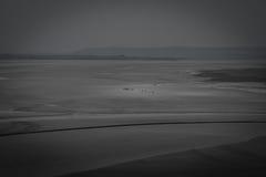El caminar en la playa cerca del santo Miguel del mont Foto de archivo