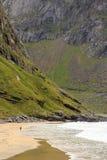 El caminar en la playa de Kvalvika fotografía de archivo