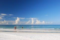 El caminar en la playa de la siesta Imagen de archivo
