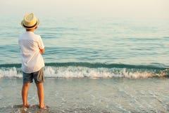 El caminar en la playa de la tarde durante puesta del sol Imagen de archivo