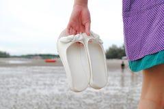 El caminar en la playa hermosa Imagen de archivo libre de regalías