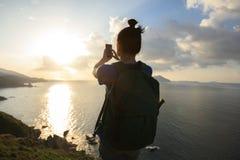 El caminar en la playa que toma un Selfie con el teléfono móvil fotografía de archivo