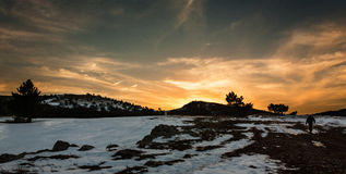 El caminar en la puesta del sol Imagen de archivo