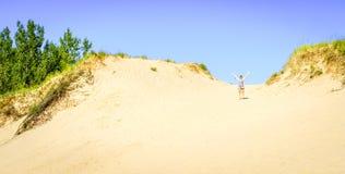 El caminar en las dunas Imagen de archivo libre de regalías