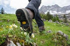 El caminar en las montañas con caminar botas Imágenes de archivo libres de regalías