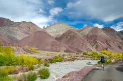 El caminar en las montañas de Himalaya Imagen de archivo