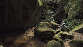 El caminar en las rocas metrajes