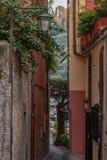 El caminar en los callejones de Portofino imagen de archivo