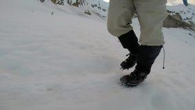 El caminar en los grampones en la cámara lenta del hielo metrajes