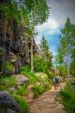 El caminar en montañas rocosas Imagenes de archivo