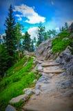 El caminar en montañas rocosas Imágenes de archivo libres de regalías