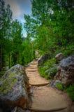 El caminar en montañas rocosas Fotos de archivo