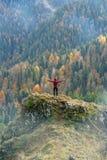El caminar en el otoño imagen de archivo
