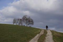 El caminar en paisaje rural Imágenes de archivo libres de regalías