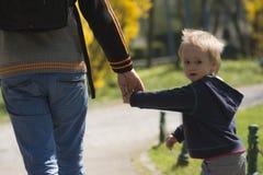 El caminar en parque Imagen de archivo libre de regalías