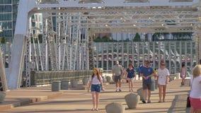 El caminar en el puente peatonal a Nashville sobre el río Cumberland - Nashville, Estados Unidos - 16 de junio de 2019 almacen de metraje de vídeo
