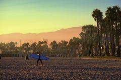 El caminar en puesta del sol fotografía de archivo