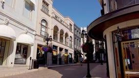 El caminar en Rodeo Drive en Beverly Hills - LOS ANGELES, los E.E.U.U. - 1 DE ABRIL DE 2019 almacen de metraje de vídeo