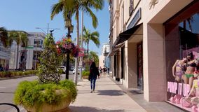El caminar en Rodeo Drive en Beverly Hills - LOS ANGELES, los E.E.U.U. - 1 DE ABRIL DE 2019 metrajes