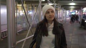 El caminar en el Times Square Nueva York por noche mientras que hace un viaje de visita turística de excursión a Manhattan almacen de metraje de vídeo