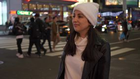 El caminar en el Times Square Nueva York por noche mientras que hace un viaje de visita turística de excursión a Manhattan almacen de video