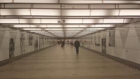 El caminar en un pasillo Fotos de archivo libres de regalías