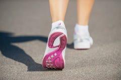 El caminar en zapatos de los deportes Imagen de archivo