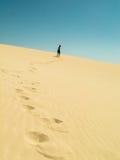 El caminar encima de las dunas en el desierto imágenes de archivo libres de regalías