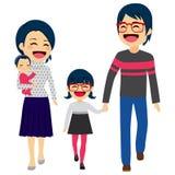 El caminar feliz asiático de la familia Fotos de archivo libres de regalías