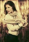 El caminar feliz de la muchacha de la moda de los jóvenes al aire libre Foto de archivo libre de regalías
