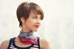 El caminar feliz de la mujer de la moda de los jóvenes al aire libre Fotos de archivo libres de regalías